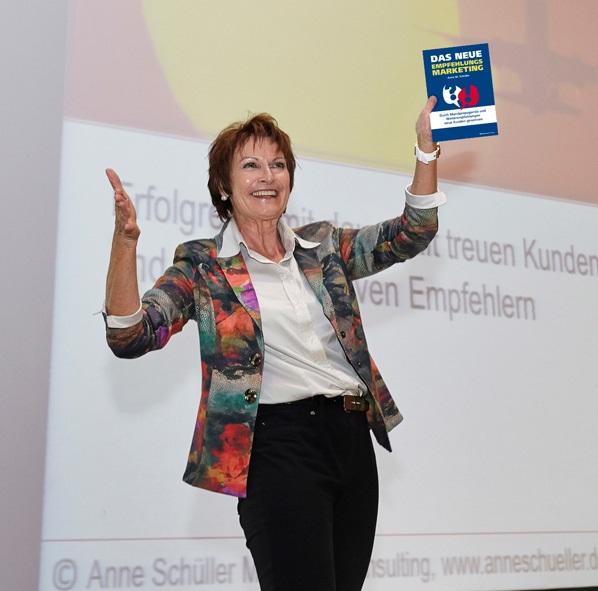 Bestsellerautorin Anne M. Schüller mit ihrem Buch Das neue Empfehlungsmarketing